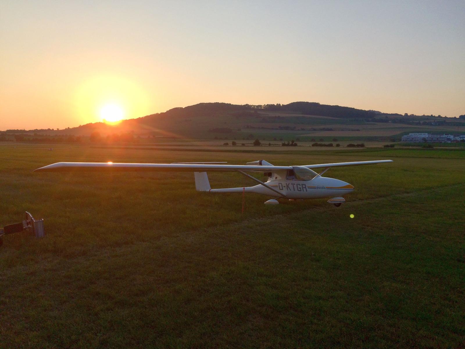 Ein Piccolo vor der untergehenden Sonne über Riedheim. Foto: E. K.